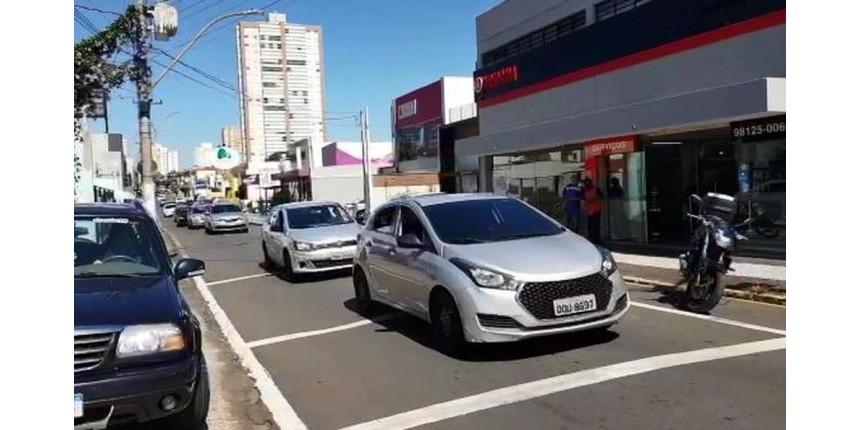 Motoristas abastecem carros com R$ 1 e pedem Nota Fiscal em protesto contra o aumento do preço dos combustíveis em Marília