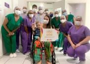 Após 10 dias intubado, bebê com leucemia recebe alta de...