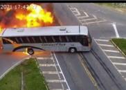 Câmeras registram momento de acidente entre carro, ônibus e caminhão